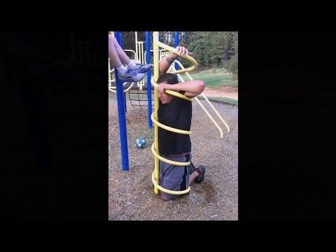 bambino rimane bloccato nel parco giochi, finisce molto male..