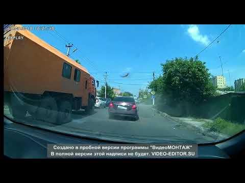 """У  """"Камаза"""" взорвалось колесо и повредило Nissan Teana в Батайске"""