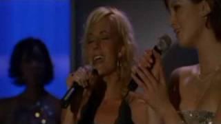 Nikki chante To Love Somebody ft. Delta Goodrem on North Shore