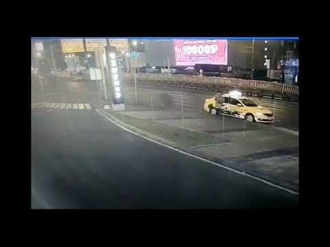 В Москве у ТЦ Ривьера на Автозаводской женщину насмерть сбило отлетевшее от грузовика колесо - Видео