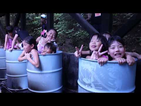ドラム缶風呂に入る女子小学生たち