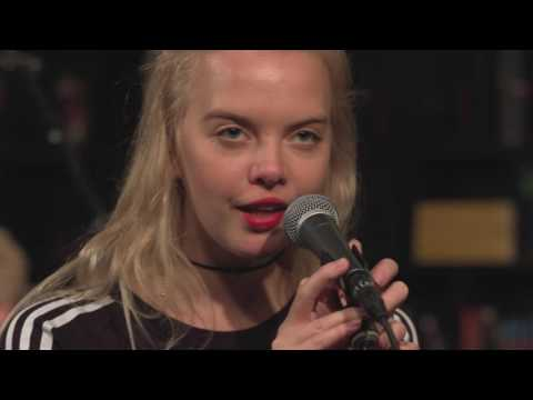 Dream Wife - Lolita (Live on KEXP)
