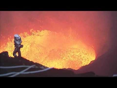 فيديو.. مغامر في قلب بركان