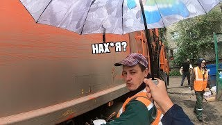 Смотреть онлайн Как люди реагируют на зонт от дождя от незнакомца
