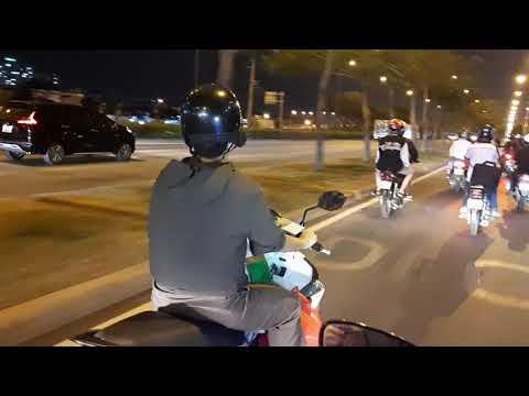 Đường Võ Văn Kiệt  giao thông về đêm dưới ánh đèn vàng