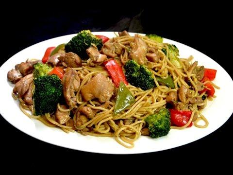 Receta de espaguetis Chinos con pollo y vegetales. Comida China.