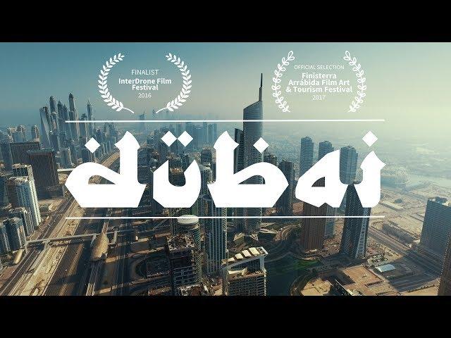 تصوير جوي بين المباني الشاهقة في دبي