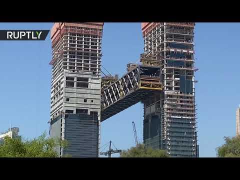 العرب اليوم - شاهد: دبي تستكمل عملية رفع أطول مبنى أفقي معلق في العالم
