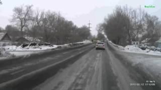 Смотреть онлайн Водитель Субару экстримально обогнал автомобиль