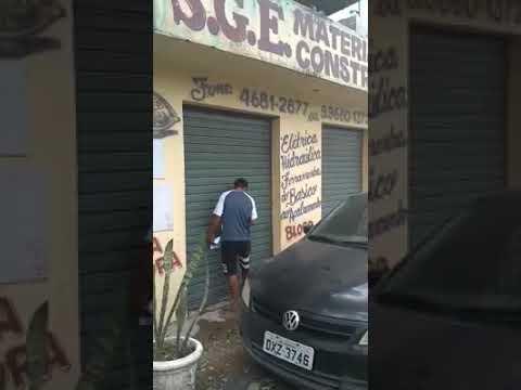 Denis Rocha Diretor de Obras da Prefeitura de Juquitiba retira o lacre do Depósito do Adriano