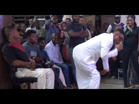 Funny! Woli Agba Twerks For Yinka Ayefele. Watch Ayefele Dancing On Stage While Performing