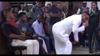 Funny! Woli Agba Twerks For Yinka Ayefele. Watch Ayefele Dancing On Stage While Performing