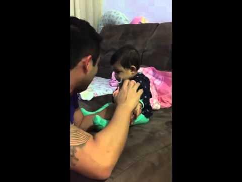 Babası tırnaklarını kesmeye çalıştıkça ağlama taklidi yapan bebek