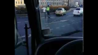 Смотреть онлайн Инспектор ДПС защищается от неадекватного водителя