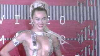 Miley Cyrus Semidesnuda vma 2015 - MTV 2015 - Performance WTF!!!