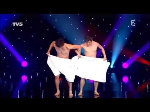 Vídeo: Dois homens e duas toalhas, o que será que acontece?