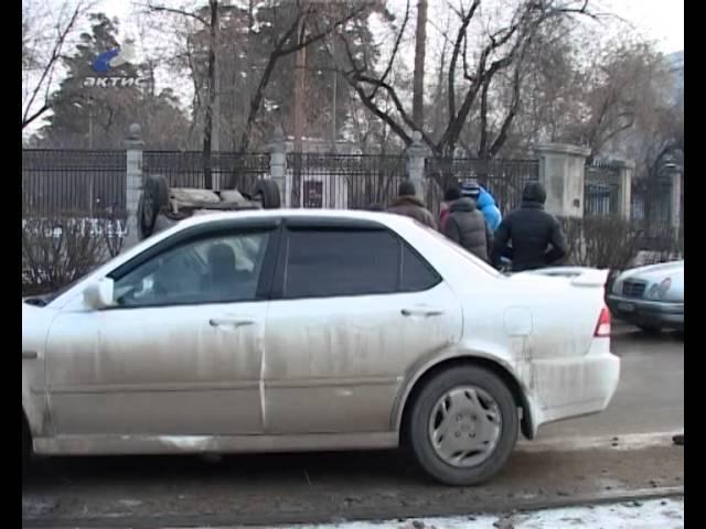 Автомобиль перевернулся от столкновения с бордюром