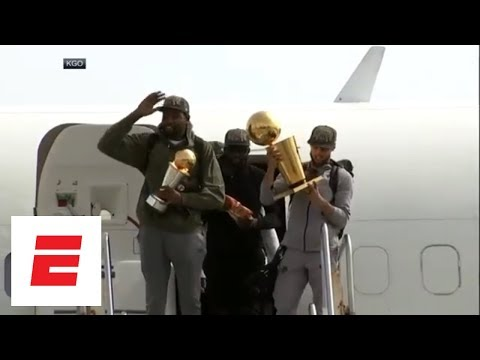 Steph Curry, Kevin Durant emerge from plane with trophies, Swaggy Champ emerges shirtless | ESPN