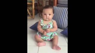 La mini bala viendo  un video de La Bala