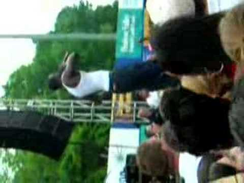 akon throws guy off stage