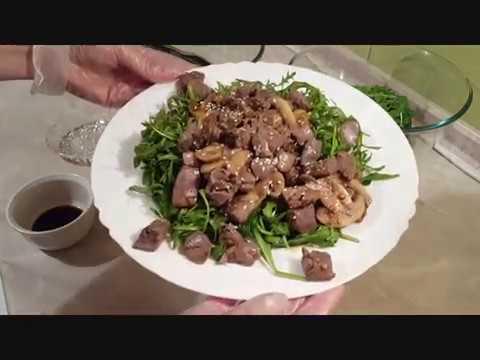 Тёплый салат из рукколы с куриной печенью.