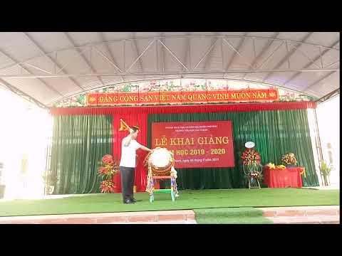 Đồng chí Đỗ Đức Công, Ủy viên BCH Đảng bộ Tỉnh Thái Nguyên -Bí thư Huyện ủy Phú Bình đánh trống khai trường năm học 2019 - 2020