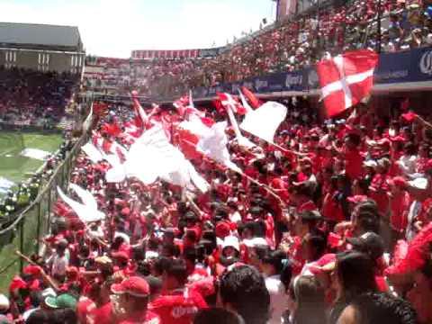 """la banda del rojo vs chemos. una calle me separa"" Barra: La Perra Brava • Club: Toluca"