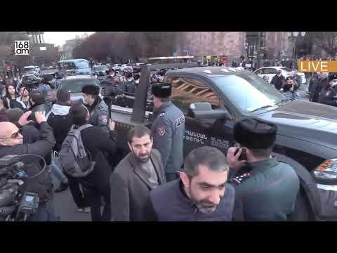Բախում սկսվեց ոստիկանների ու անհետ կորած զինծառայողների հարազատների միջև