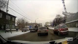 Смотреть онлайн Машина сотрудников полиции жестко сбивает пешехода
