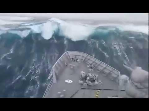 , title : 'Корабль во время огромной волны в океане'