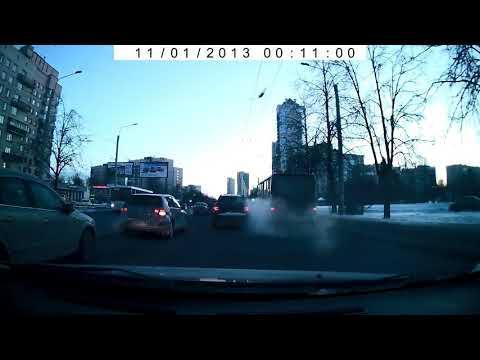 """От удара """"Газель"""" опрокинулась набок на перекрёстке в Санкт-Петербурге"""