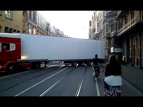 Holenderski kierowca tira wjeżdżający w ciasne przejście