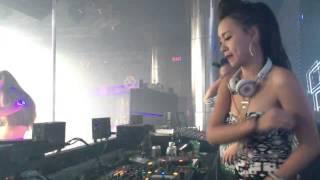 DJ Tít khoe vú to, tưng tưng ở bar club