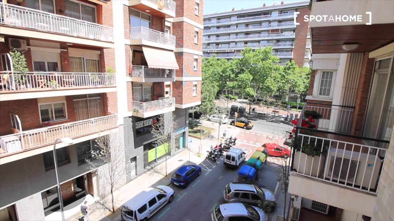 Great room with standalone wardrobe in shared apartment, Les Corts