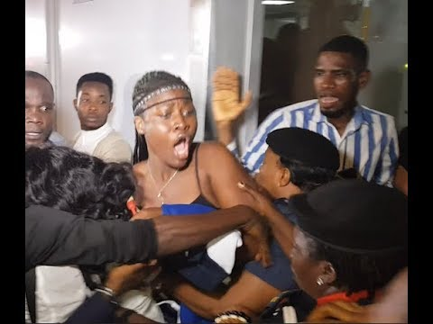 Bbnaija 2018: Alex Crying As They Maltreat Her Sister At The Airport +Meet Her Mother [See Crowd]