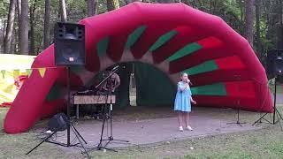 Ева Калтыгина с песней «Небо» на празднике города в парке Челюскинцев