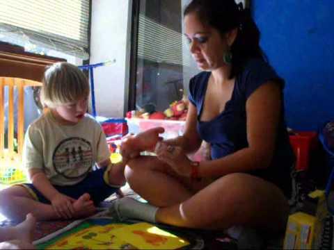 Watch videoSíndrome de Down: Un reno divertido para tarjetas de felicitacion