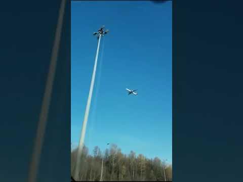 بالفيديو.. طائرة معلقة في الهواء تثير الحيرة