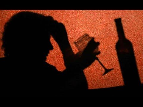 Die Verschwörung vom Alkoholismus des Mannes in der Entfernung