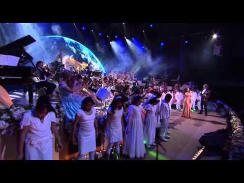 ביצוע מרגש של אנדרה ריו לשיר האדמה של מייקל ג'קסון