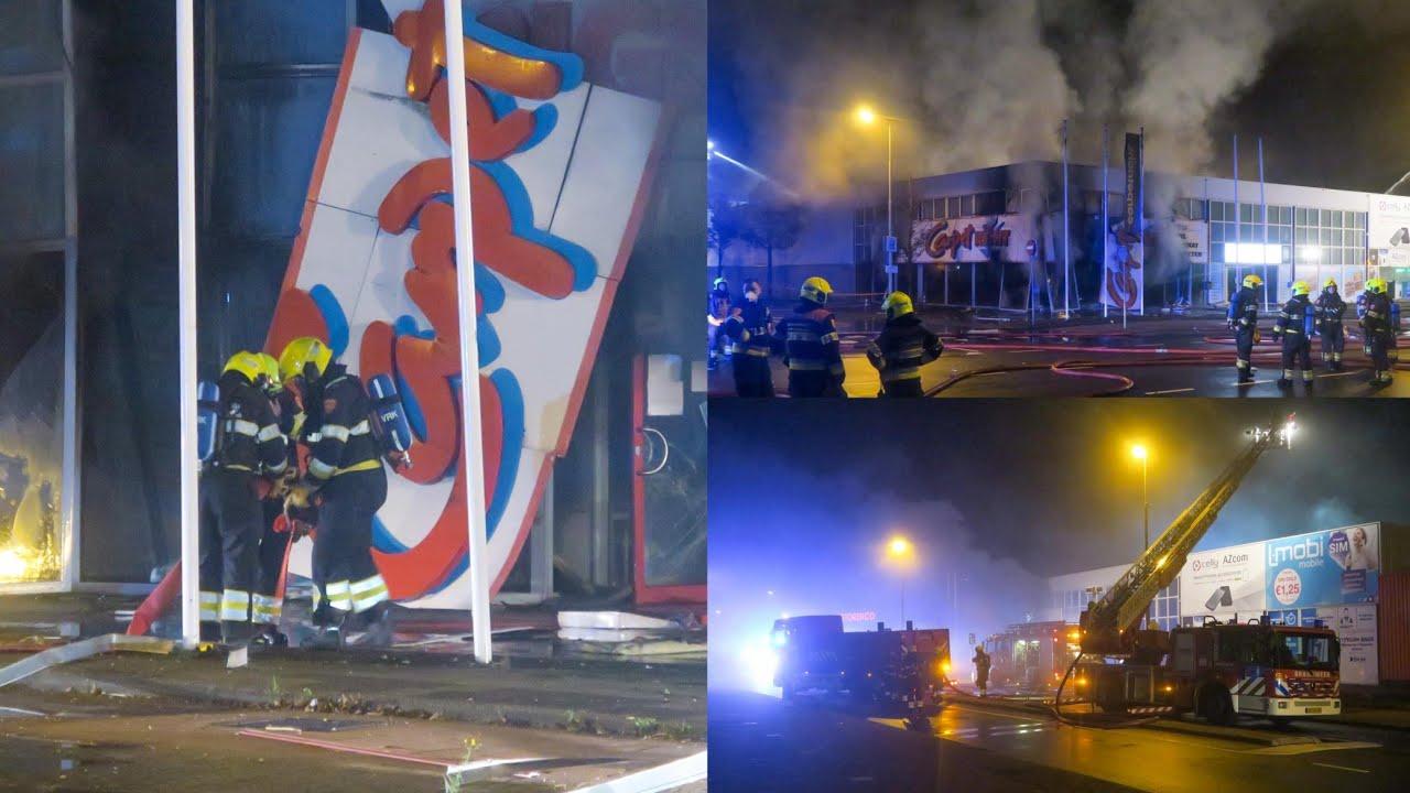 Explosie bij zeer grote brand in tapijtwinkel Beverwijk | 19/10/2020