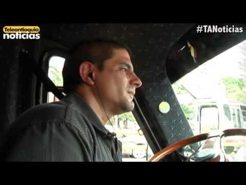 Conductor transformó su bus en discoteca móvil