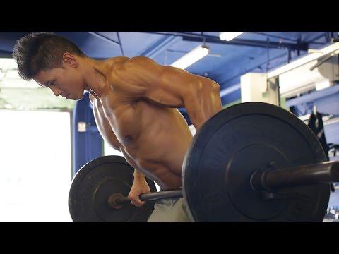 Les exercices des haltères des muscles de la poitrine le biceps