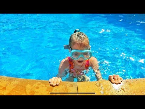 ВЛОГ 🇹🇭Купаемся в бассейне! Отдыхаем! Маша сбила мальчика :( 14.02.19