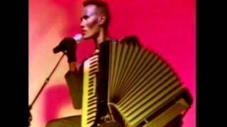 Grace Jones - Feel Up / La Vie en Rose (Live)