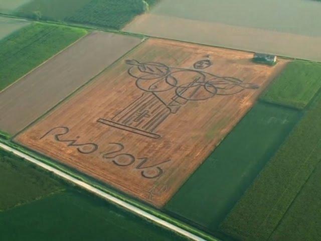"""إيطالي يرسم شعار """"أولمبياد ريو"""" على أرض زراعية بواسطة آلة حرث"""
