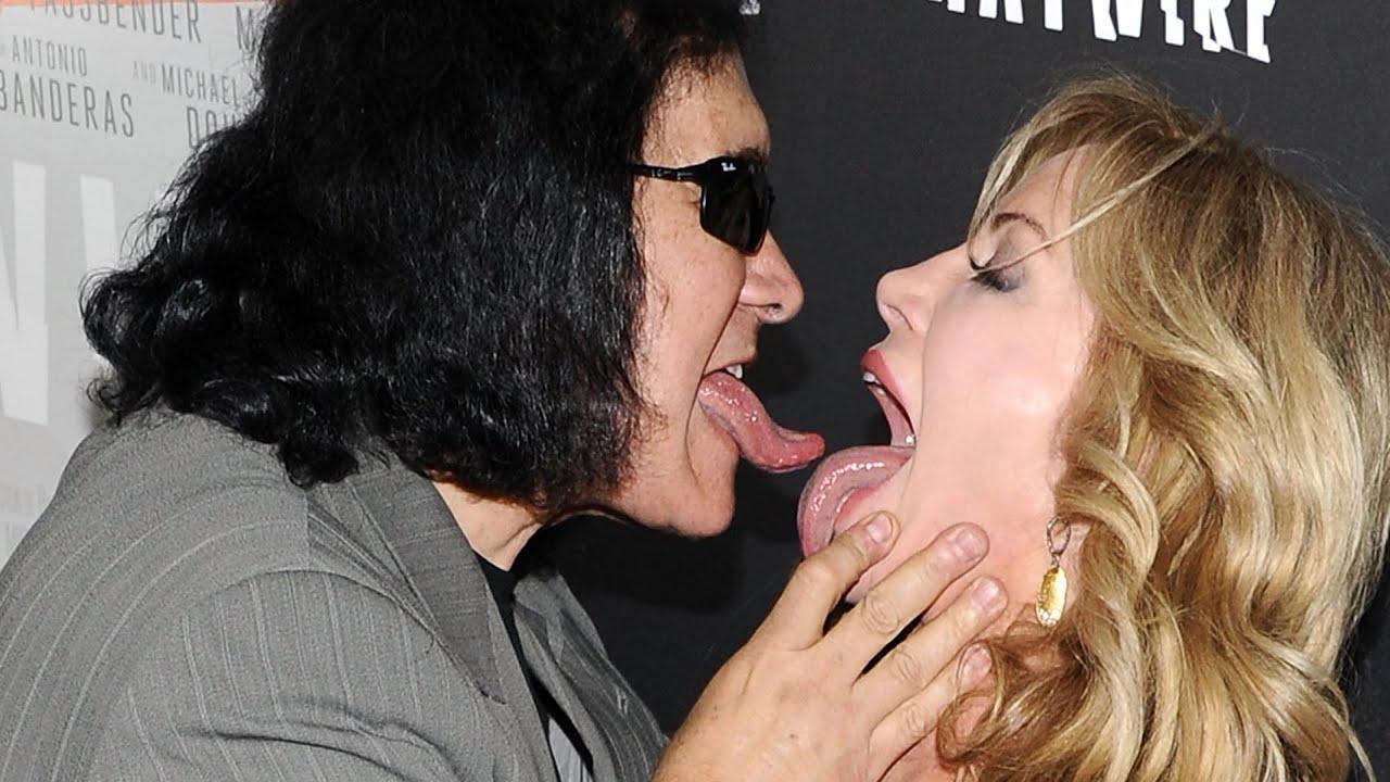 7 Awkward Celebrity Kisses You Won't Forget thumbnail