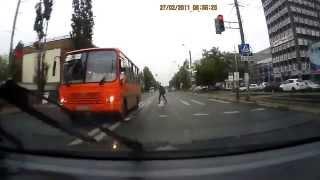 Смотреть онлайн Автобус наехал на пешехода на ост. Машзавод, 17.06.2015