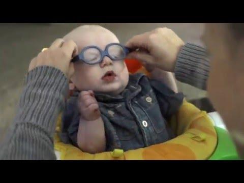 Ребенок со слабым зрением впервые увидел маму