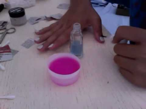 Mezzi per unghie che stanno da un fungo
